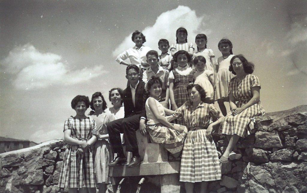 jóvenes en la fuente de Torrelapaja